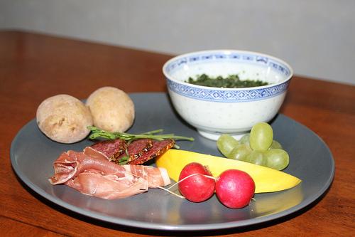 Charkuterier, saltkokt potatis och nässelsås